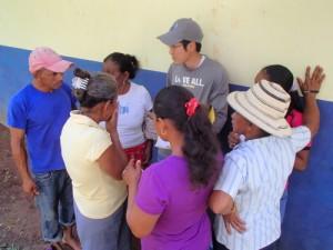 村人に囲まれるボランティア