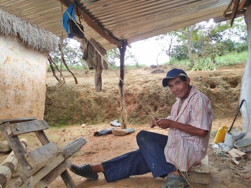 パナマハットを作る男性