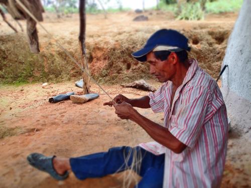 パナマハットを編む男性