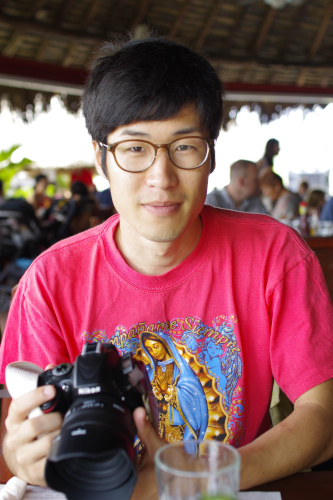 SIGMA 単焦点標準レンズを付けた一眼レフカメラ