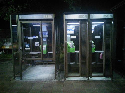 3つ並んだ公衆電話