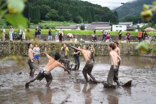 第12回仁礼の里・泥んこソフトバレー大会の様子