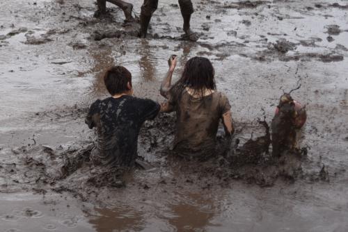 泥まみれの大人