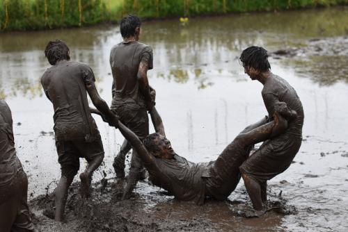 泥と遊ぶ大人