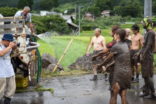 泥を流す放水車