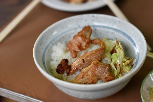 鮎川バーベキュウの鶏丼