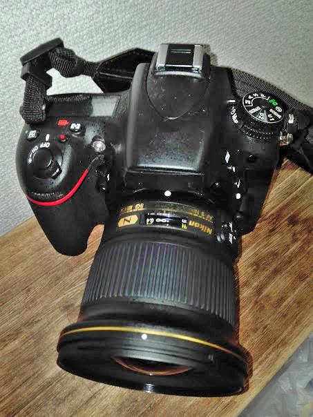 単焦点レンズを装着した一眼レフ
