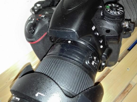 盗難防止のためにテープを張ったカメラ
