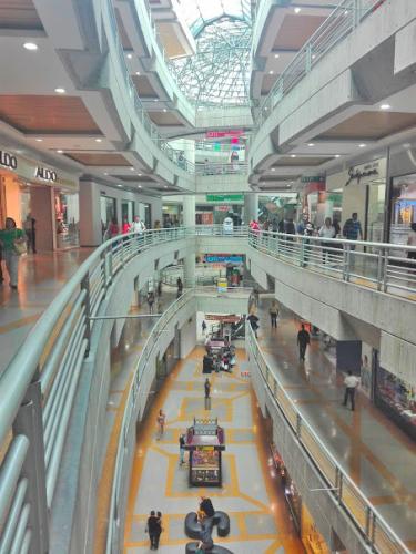 首都カラカスのショッピングモール内部