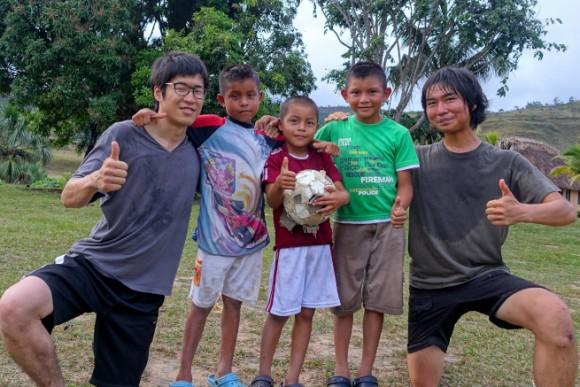 ペモン族の子供とサッカー対決