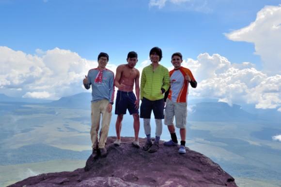 アウヤンテプイの頂上で記念撮影