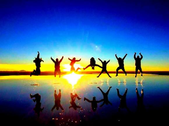 ウユニ塩湖でみんなでジャンプ
