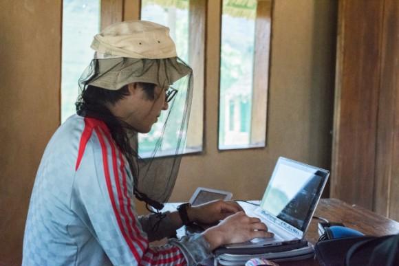 パソコンで記事を執筆する宮崎