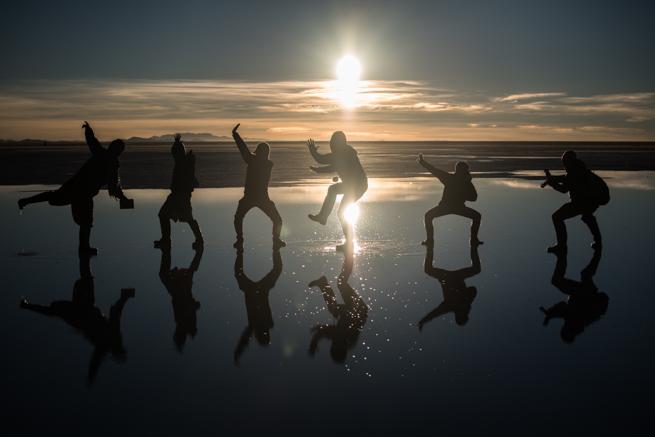 シルエット写真ウユニ塩湖の朝日で