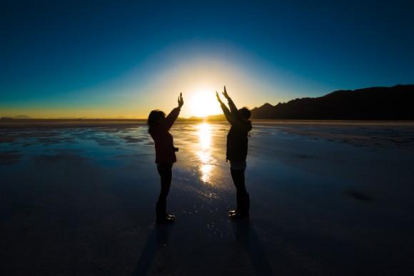 ウユニで夕陽を掴む