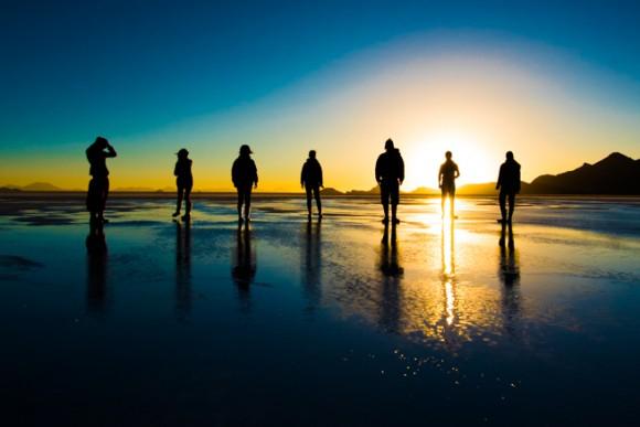 ウユニ塩湖で並ぶ観光客