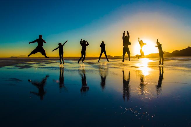 ウユニ塩湖の夕陽をバックにジャンプ
