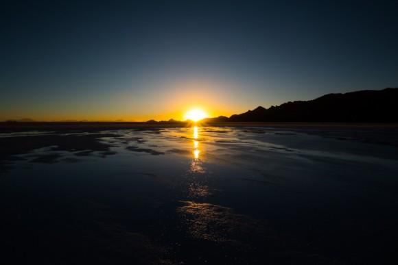 ウユニ塩湖へ沈む夕日