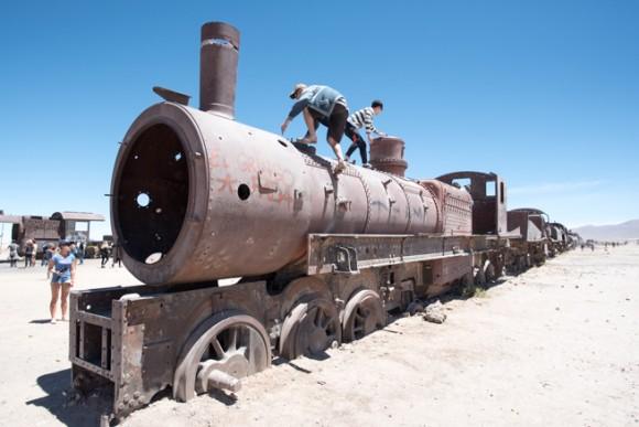列車に乗る観光客