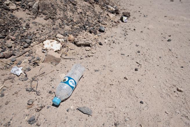 列車の墓場に落ちていたペットボトルゴミ