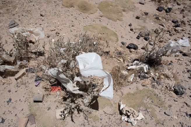 列車の墓場に落ちていたプラスチックゴミ