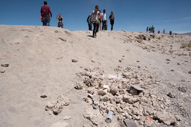 列車の墓場の観光客とゴミ