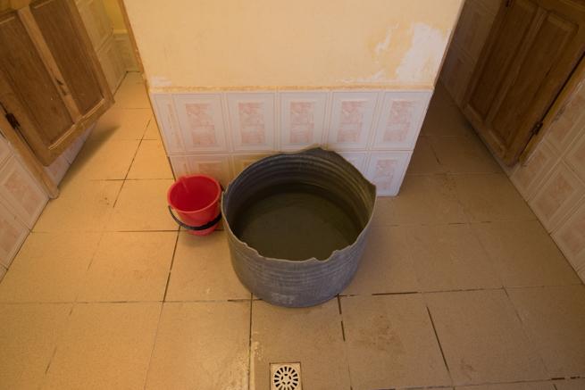 ウユニ塩湖のトイレ水桶