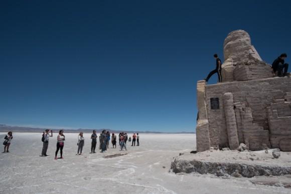 ダカールラリーのモニュメントに集まる観光客