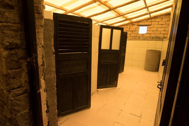 隣りがのぞけるトイレ