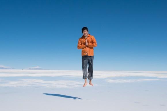 ウユニ塩湖で空を飛ぶ