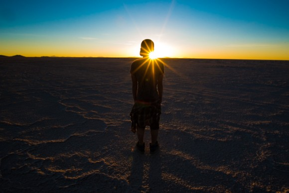 ウユニ塩湖で夕陽に照らされるシルエット