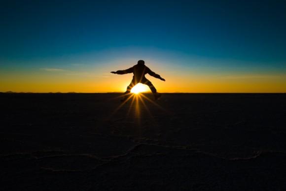 ウユニ塩湖で夕陽をジャンプ