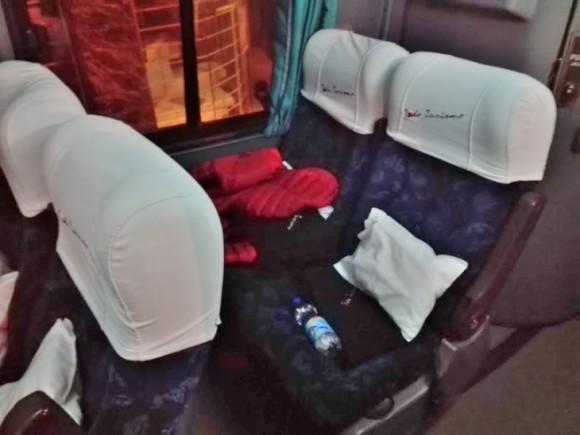 ウユニ塩湖へ向かう夜行バスの社内