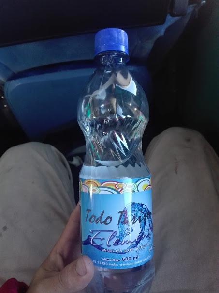 配られたペットボトルの水