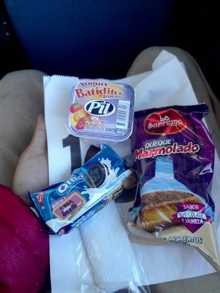 ウユニ塩湖行きバスの朝食
