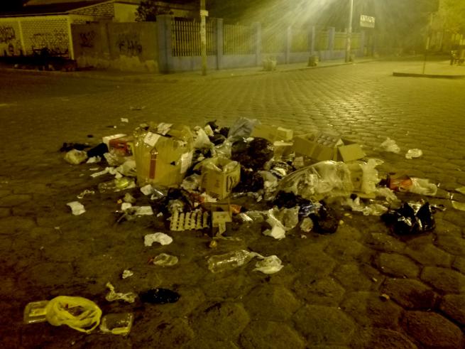 ウユニの町に散乱するゴミ