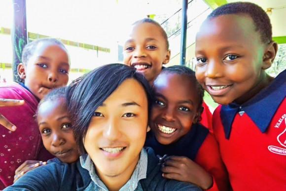 ケニアの子供と遊ぶ玉置