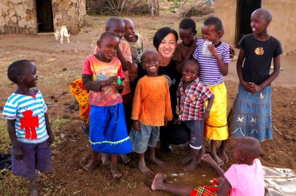 アフリカの農村を訪問する玉置