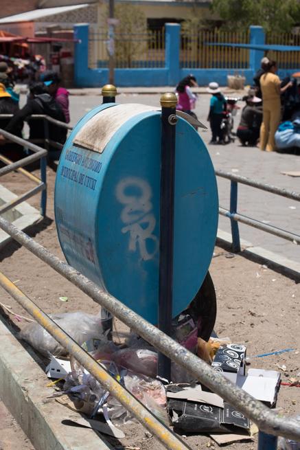 ウユニ市のゴミ箱
