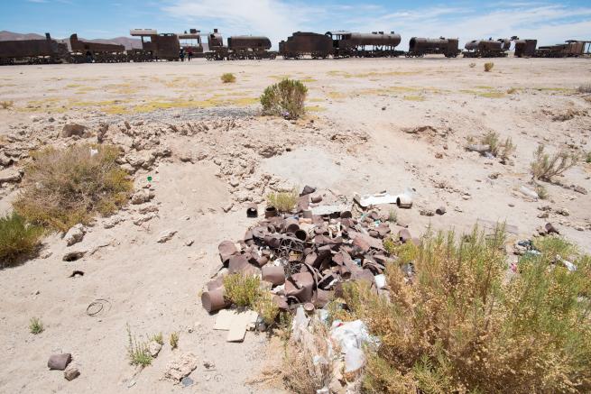 観光名所列車の墓場のゴミ