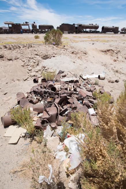 列車の墓場はゴミだらけ