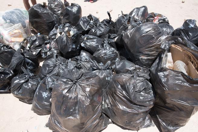 集まったゴミは100袋