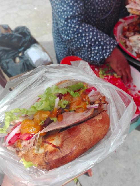 市場の前の肉バーガー