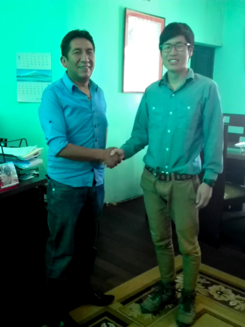 ウユニ市長と握手する宮﨑