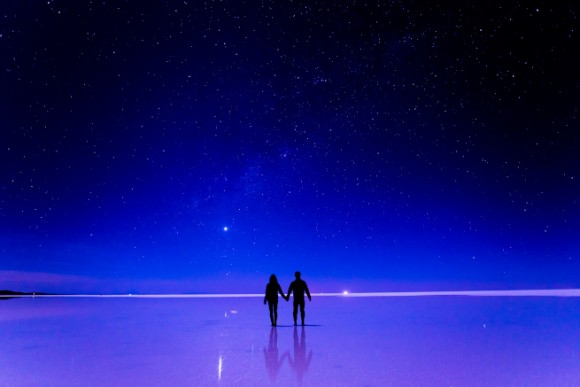 ウユニ塩湖で手を繋ぐカップル