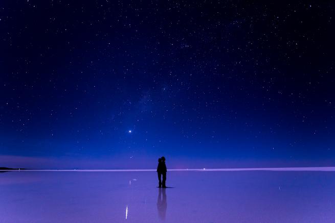 ウユニ塩湖の星空を眺めるカップル
