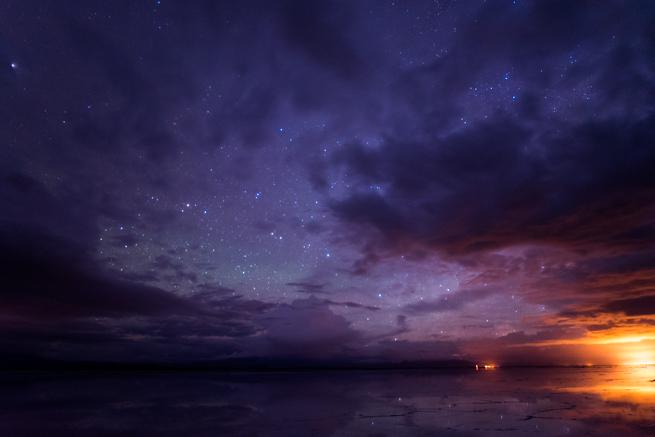 雲に覆われたウユニ塩湖の夜