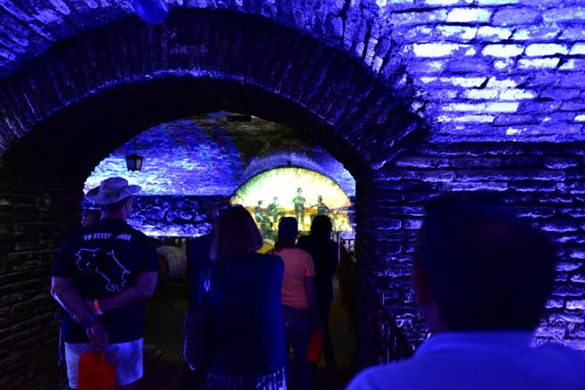 コンチャイトロのビデオを見る観光客