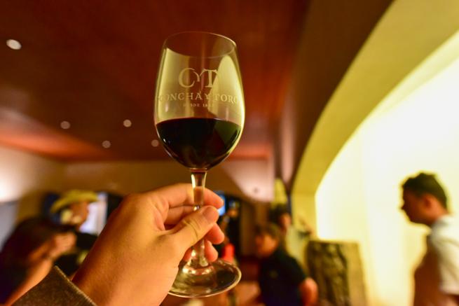 赤ワインの色を確かめる