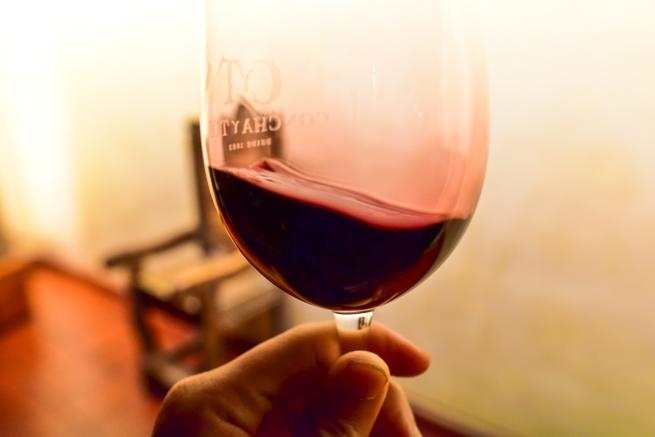 ワインを回して香りを立たせる